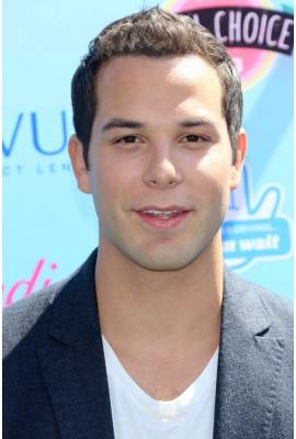 Skylar Astin Profile Photo