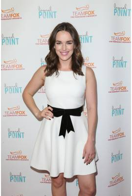 Elizabeth Henstridge Profile Photo